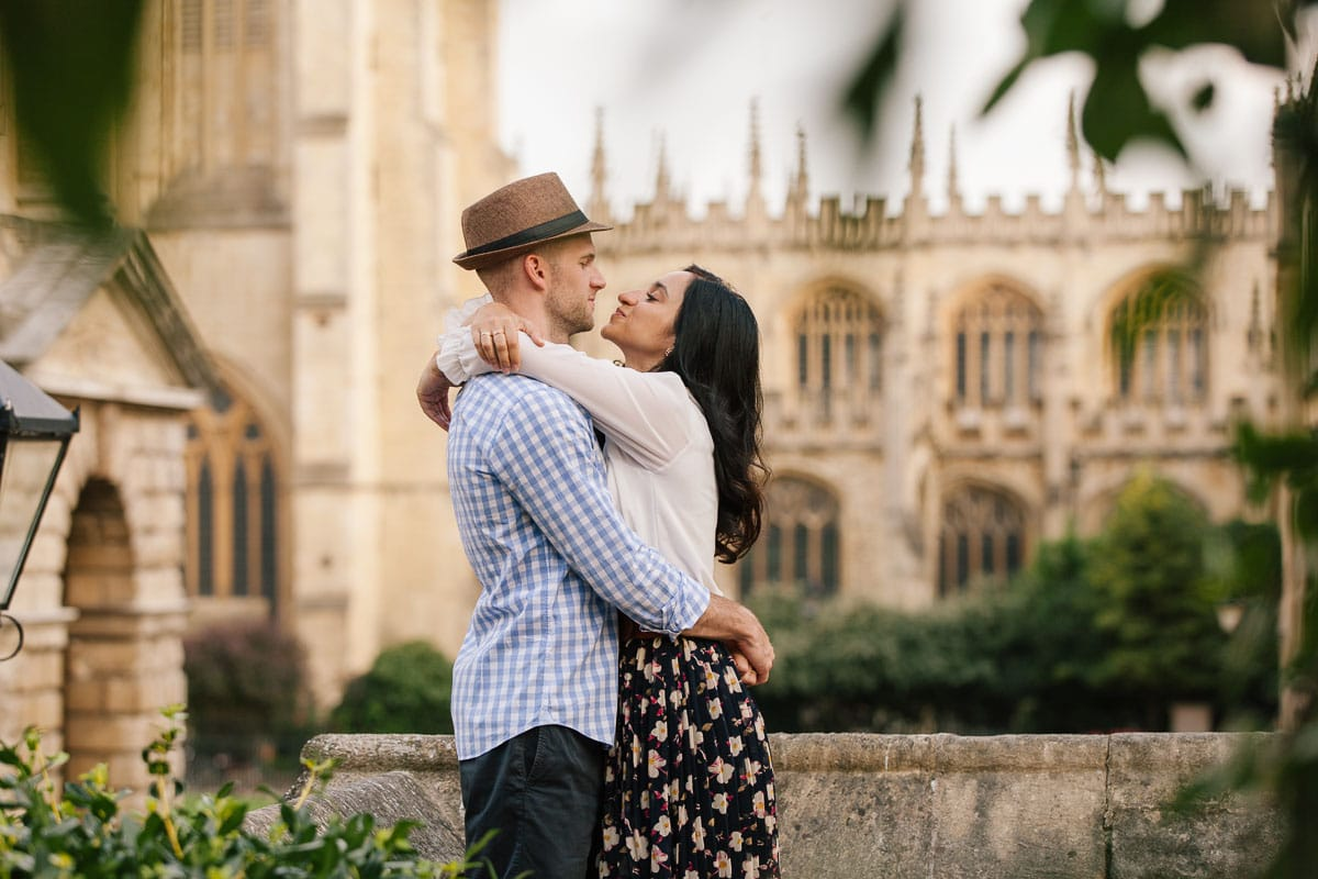 Couple in front of the Radcliffe Camera in Oxford embrace during their anniversary photoshoot